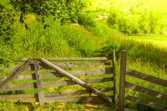 有被打开的门的木篱芭 免版税库存照片