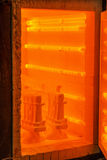 有被打开的门的饱和的橙色熔炉 烧烤、工艺品和瓦器概念 熔化的金属的一个烧烤烤箱 图库摄影