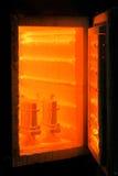 有被打开的门的饱和的橙色熔炉 烧烤、工艺品和瓦器概念 熔化的金属的一个烧烤烤箱 免版税库存图片