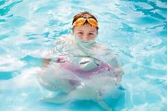 有被扩大化的身体的小男孩在水折射 库存图片