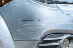 有被抓的油漆的银色汽车与在崩溃事故或停车场损坏的其他车红线,关闭  免版税库存图片