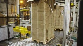 有被折叠的纸板箱的板台被运输在工厂 股票录像