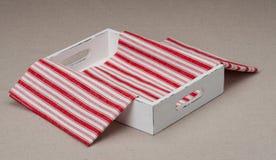 有被折叠的餐巾的盘子在自然亚麻制背景 免版税图库摄影