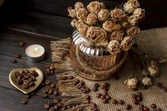 有被按的花、咖啡和疏散烤咖啡豆的花瓶 免版税库存图片