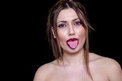 有被揭露的肩膀和大胆的红色唇膏的悦目夫人 免版税库存照片