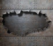 有被撕毁的孔蒸汽废物的损坏的金属装甲 免版税图库摄影