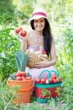 有被收获的蔬菜的愉快的妇女 库存图片