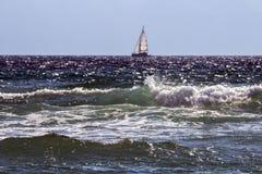 有被日光照射了波浪的帆船 图库摄影