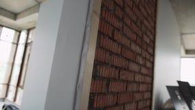 有被构筑的窗口、白色墙壁和脚手架的大空的轻的大厅 股票录像