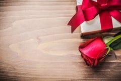 有被栓的弓的当前箱子闻了玫瑰色在木板 免版税库存照片