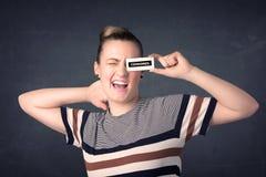 有被检察的纸标志的俏丽的女孩 免版税库存照片