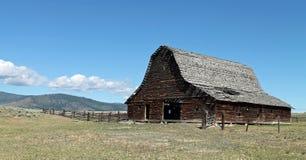 有被毁坏的屋顶的土气谷仓在鼠尾草国家 免版税库存图片