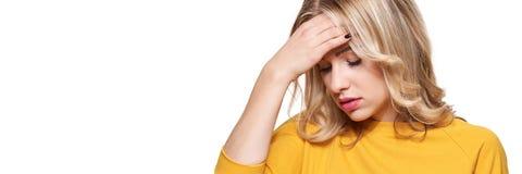 有被注重的被用尽的年轻的女性头疼 感觉的压力和重音横幅 有头的沮丧的妇女在手上 免版税图库摄影