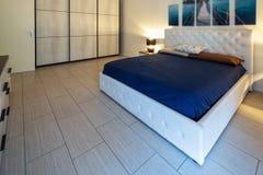 有被点燃的灯和绘画的卧室在墙壁 免版税库存图片