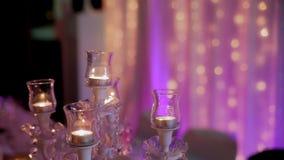 有被点燃的蜡烛的大烛台在晚上在大厅里 股票视频