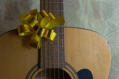 有被点燃的诗歌选的声学吉他 库存照片
