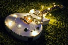 有被点燃的诗歌选的电吉他 免版税库存图片