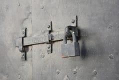有被炼的铁的老金属门挂锁 免版税库存图片