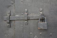 有被炼的铁的老金属门挂锁 库存图片