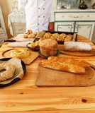 有被烘烤的物品的妇女厨师 免版税库存图片