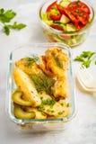有被烘烤的鸡、土豆和ve的健康膳食预习功课容器 库存图片