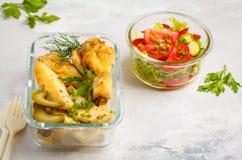 有被烘烤的鸡、土豆和ve的健康膳食预习功课容器 免版税库存图片