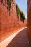 有被猛撞的地球墙壁的狭窄的胡同 图库摄影