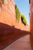有被猛撞的地球墙壁的狭窄的胡同 免版税库存照片