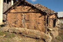 有被猛撞的墙壁的老牌传统动物槽枥 库存照片