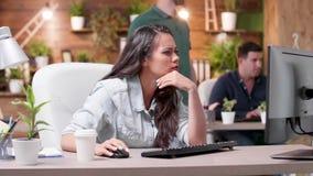 有被用尽的和被注重的妇女头疼在一个繁忙的办公室工作 股票视频