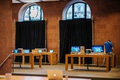 有被盖的购物的窗口的苹果计算机商店 库存照片