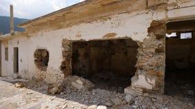 有被破坏的墙壁的被毁坏的房子 股票视频