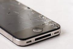 有被碰撞的lcd触摸屏的黑智能手机在白色大理石背景上 库存照片
