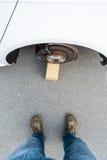 有被窃取的轮子的汽车 免版税库存照片