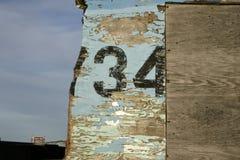 有被绘的数字的老被风化的木板 免版税库存照片