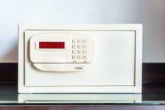 有被编码的锁的保险柜在桌上在旅馆里 免版税库存照片