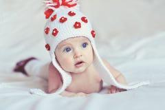 有被编织的帽子的惊奇的婴孩 免版税库存图片
