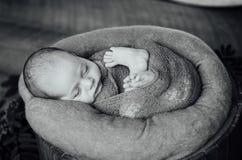 有被编织的帽子的新出生的睡觉的男婴 免版税库存图片