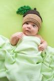 有被编织的帽子后面的婴孩 躺在盖帽的床上的新出生的男孩 库存图片