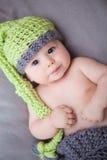 有被编织的帽子的新出生的男婴 免版税库存图片