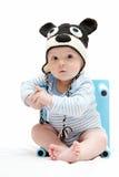 有被编织的帽子的美丽的男婴 免版税库存照片