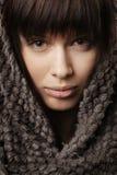 有被编织的围巾的美丽的女孩 免版税库存照片