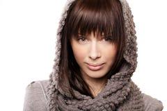有被编织的围巾的美丽的女孩 库存照片