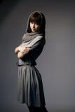 有被编织的围巾的美丽的女孩 免版税库存图片