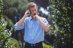 有被聚焦的人在电话的一次交谈 库存照片