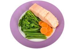 有被蒸的菜的水煮的三文鱼内圆角 免版税库存照片