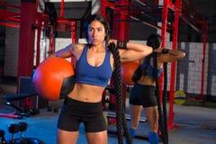 有被衡量的球和绳索的健身房妇女 库存图片