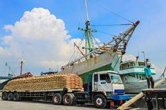 有被装载的卡车的Phinisi船在Sunda Kelapa港口,雅加达, 免版税库存图片