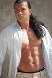 有被解扣的衬衣的强壮男子的人 免版税库存照片