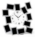 有被设置的十二个照片框架的黑白壁钟 免版税库存照片